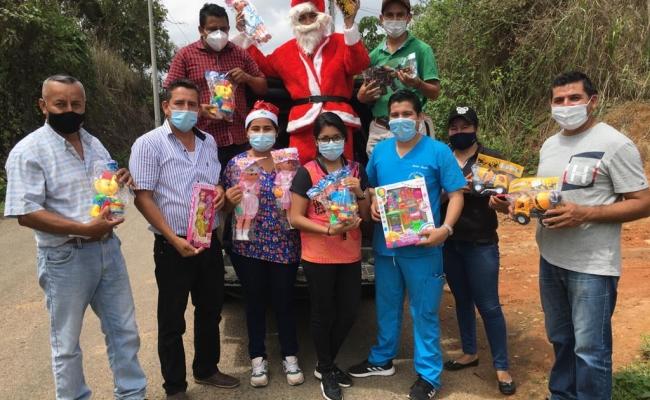 EL GAD PARROQUIAL. Realizar la entrega de Juguetes y fundas de Caramelos para los niños de la Parroquia.